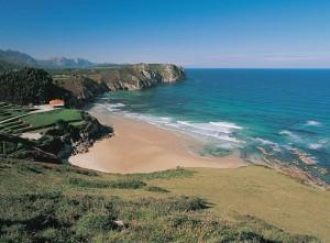 Playa de Vidiago o de los Bretones, a solo un paseo desde el hotel Bufon de Arenillas