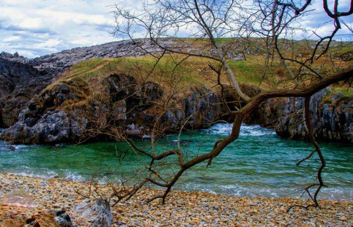 4 Una playa única, cuevas y un arco natural junto a una costa de impresión....Complejo de Cobijeru